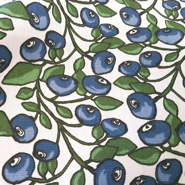 Kurzstück Stoff Baumwolle Schweden Blaubeeren weiß blau skandinavisch Dekostoff 0,50m x 1,50m