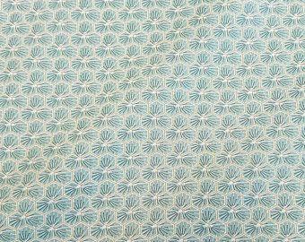 Stoff Baumwolle hellgraublau mandel Blüten Waben sechseck grafisch Riad 0,5