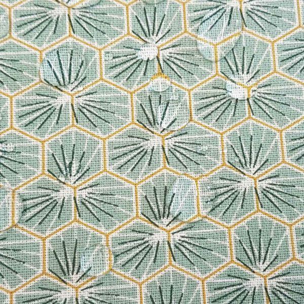 Kurzstück Stoff Baumwollstoff beschichtet Waben hellgraublau Blumen abwaschbar 0,60m x 1,60m